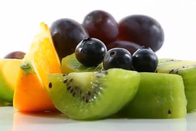 φρούτα: ακτινίδιο, σταφύλια, πορτοκάλι
