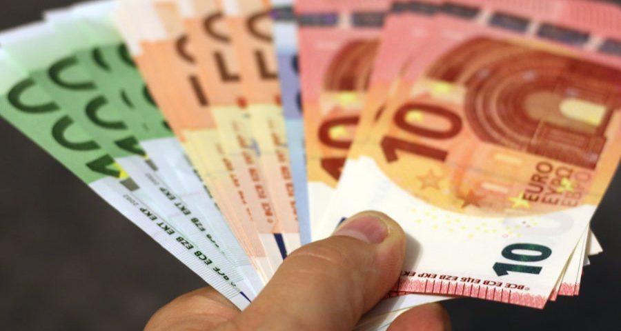 χέρι που κρατάει χαρτονομίσματα ευρώ