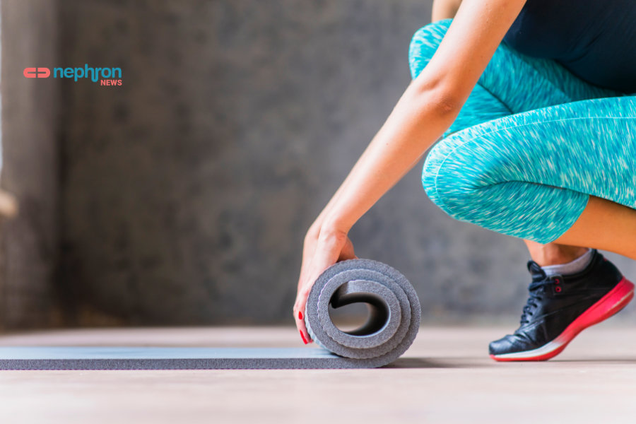 γυναίκα στρώνει στρωματάκι άσκησης