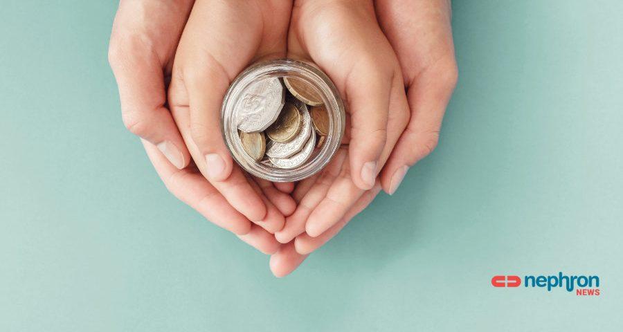 δύο χέρια κρατούν κέρματα
