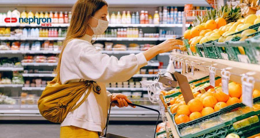 γυναίκα ψωνίζει με μάσκα στο σουπερμαρκετ