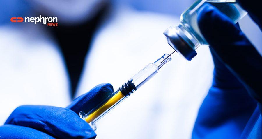 σύριγγα με εμβόλιο και μπλε γάντια