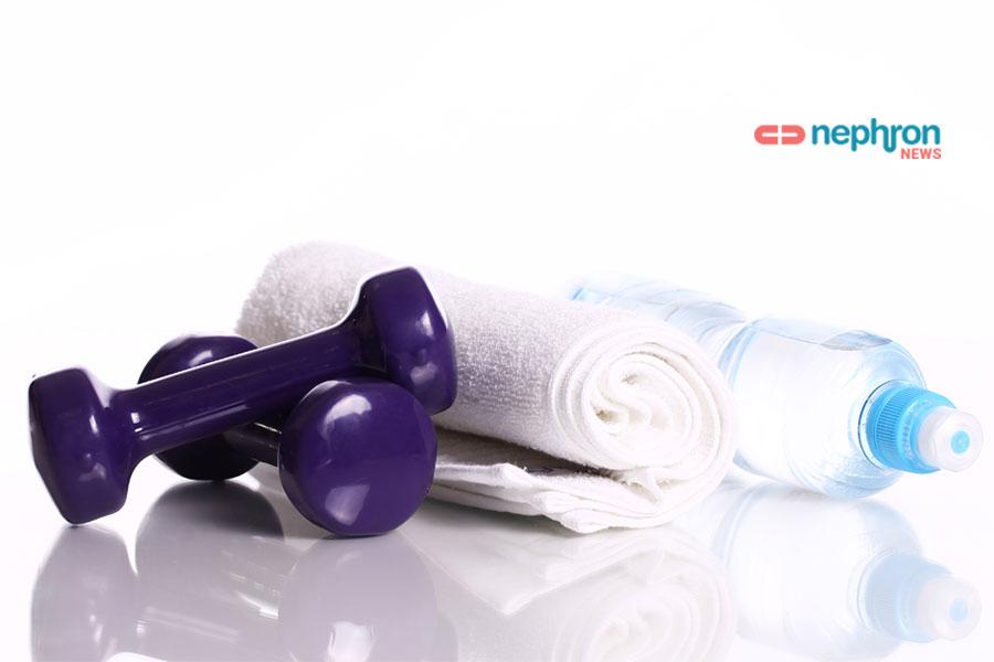μωβ βαράκια πετσέτα και μπουκάλι νερό