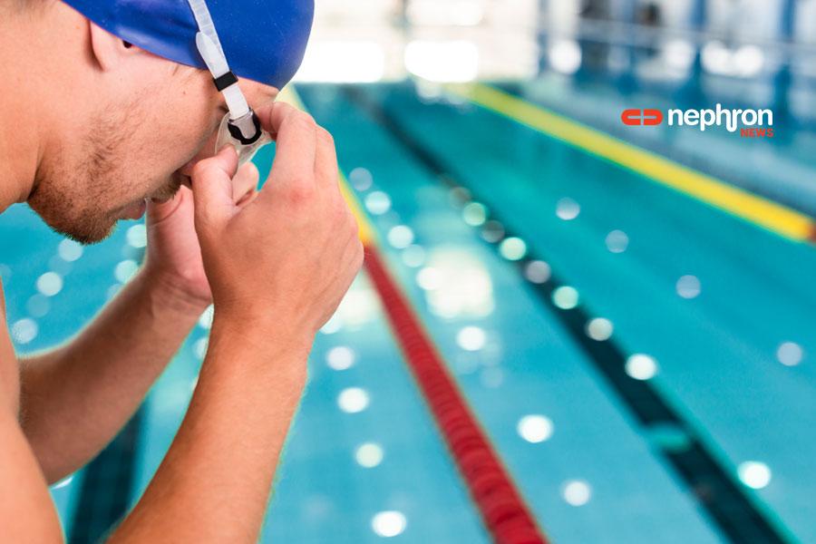 κολυμβητής βαζει τα γυαλιά του