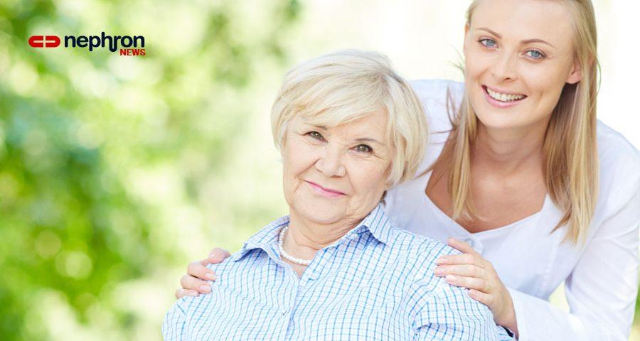 νεα γυναίκα στηρίζει ηλικιωμένη