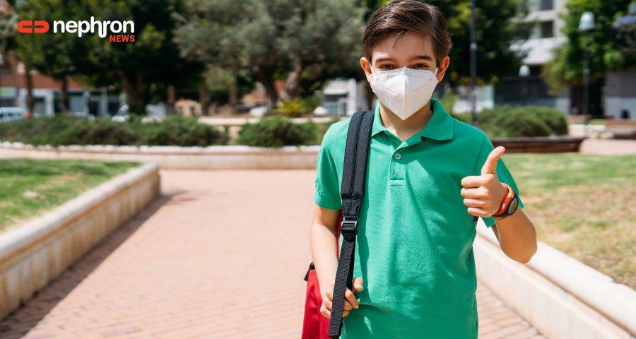 παιδί με μάσκα πηγαίνει σχολείο