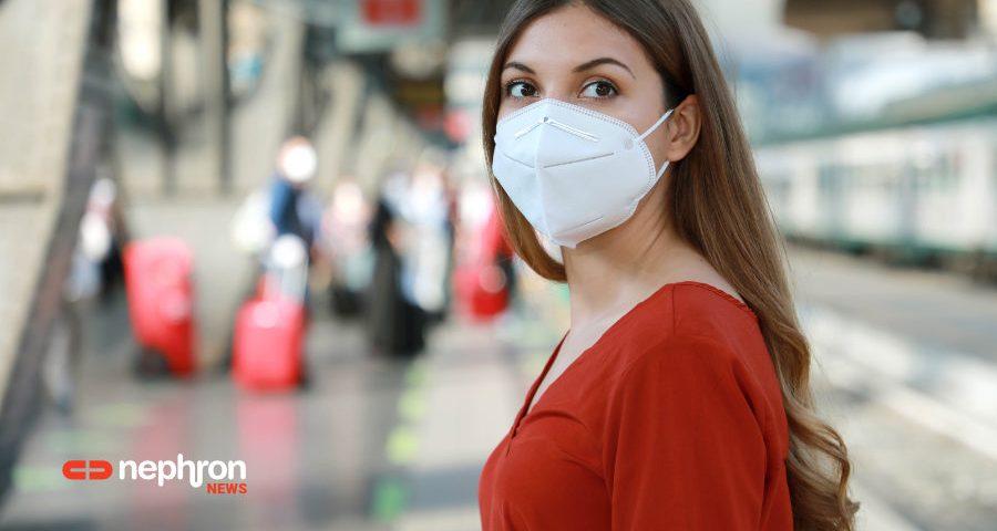 γυναίκα με μάσκα σε σιδηροδρομικό σταθμό