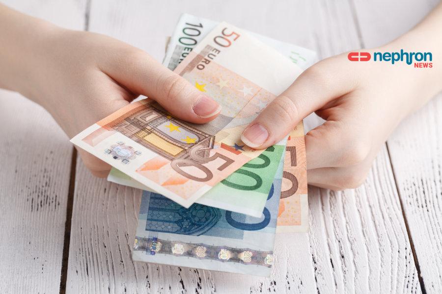 γυναικείο χέρι κρατάει χαρτονομίσματα ευρώ