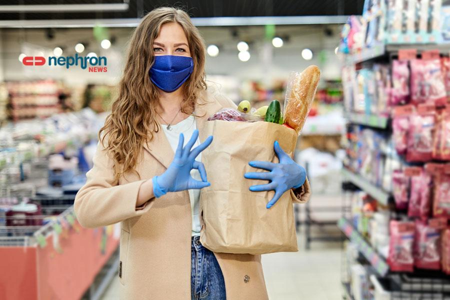 γυναίκα με μάσκα σε super market
