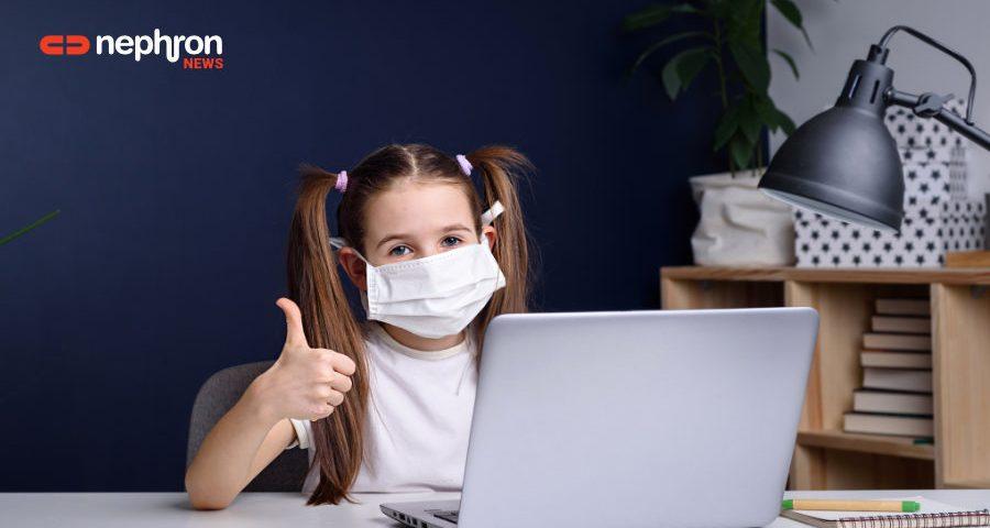 κοριτσάκι με μάσκα μπροστά σε λαπτοπ - τηλεεκπαίδευση