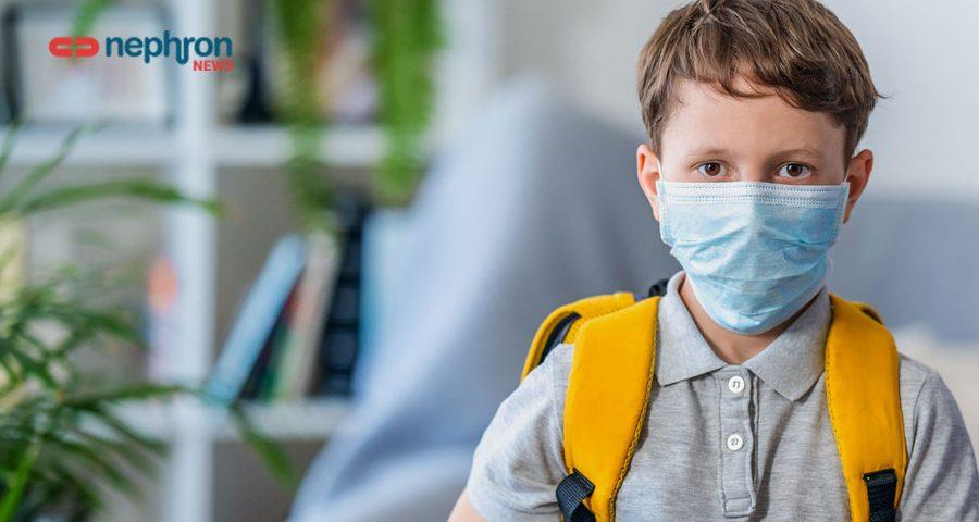παιδί με σχολική τσάντα και μάσκα