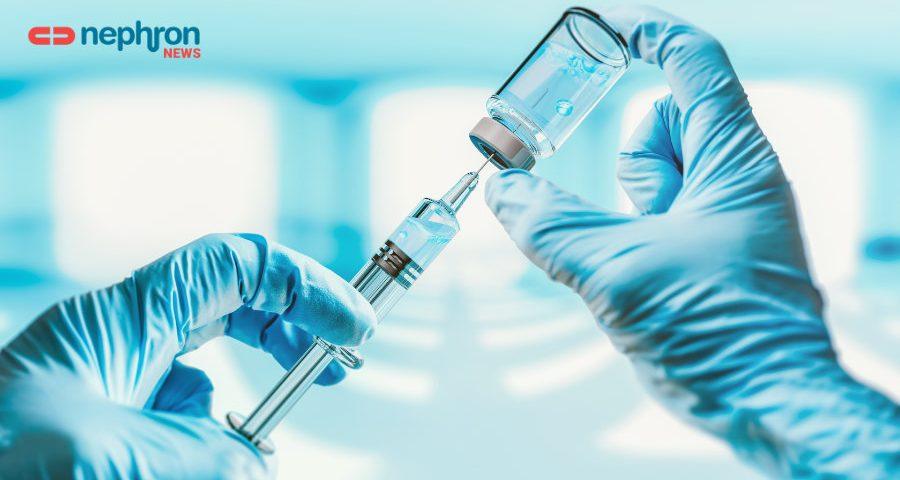 χέρια ερευνητή με γάντια κρατούν σύριγγα και φυαλίδιο