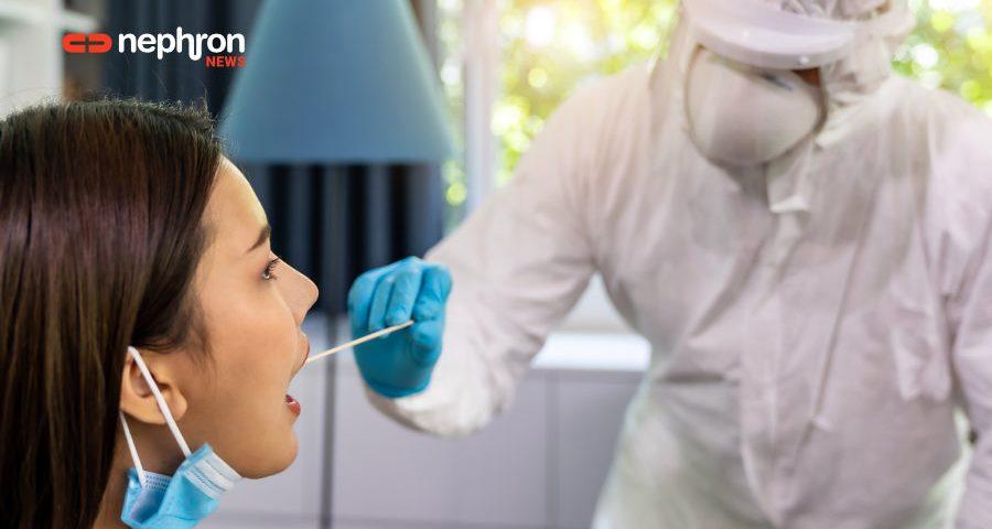 ιατρικό προσωπικό διενεργεί τεστ για κορονοϊό σε νεαρή γυναίκα