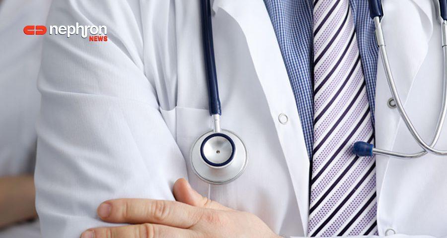 γιατρός με στηθοσκόπιο και ριγέ γραβάτα