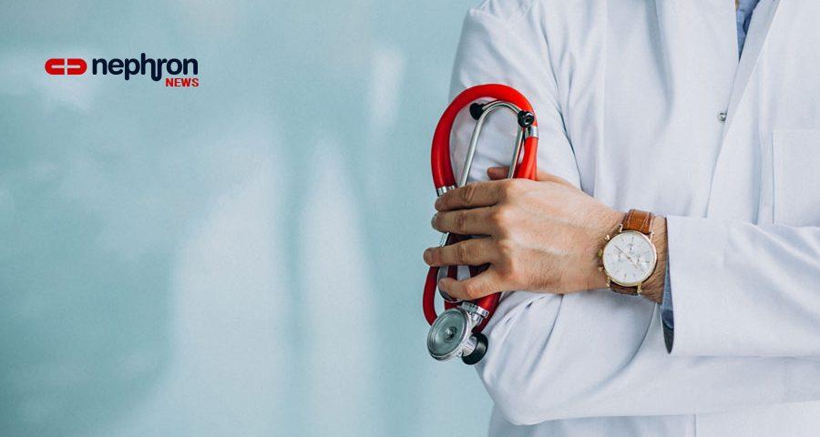 γιατρός κρατάει στηθοσκόπιο