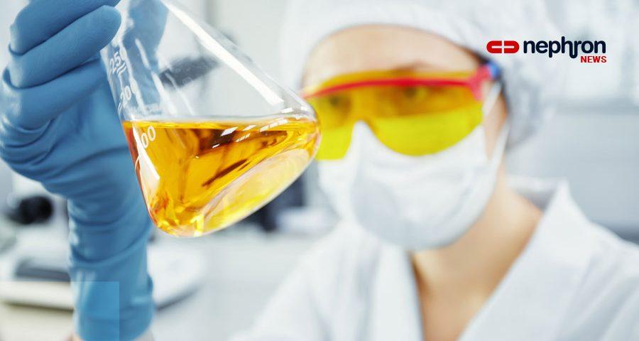 γιατρός κρατάει φιάλη με κίτρινο φαρμακο