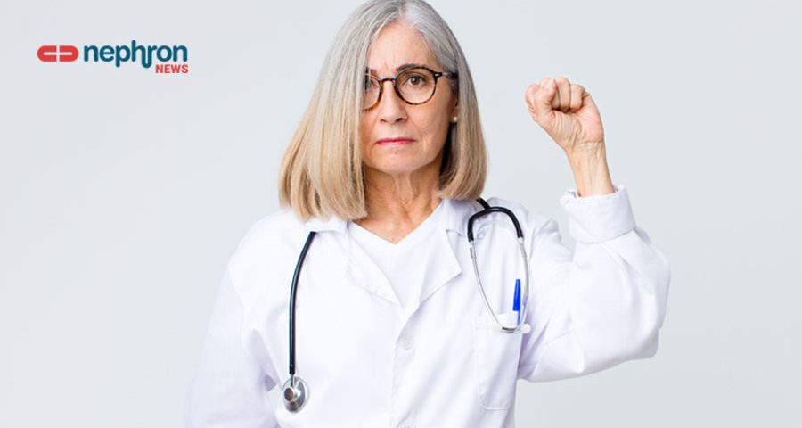 γιατρός υψώνει τη γροθιά της