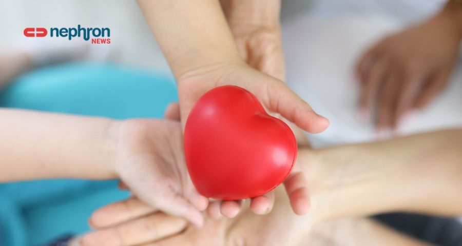 χέρια κρατάνε καρδιά