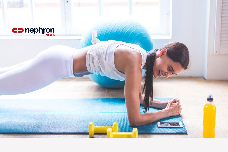 νέα γυναίκα σε στρ'ωμα γυμναστικής με κίτρινα βαρακια και παγούρι