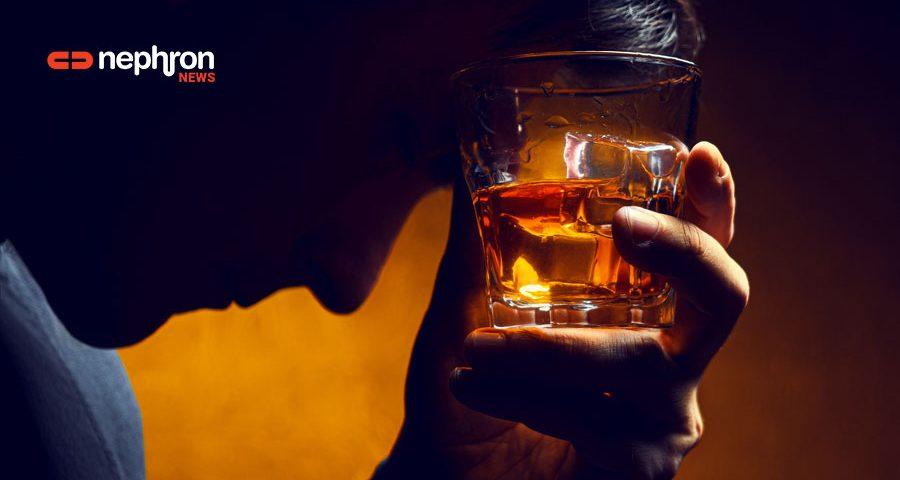 χερι κρατάει ποτήρι με ουίσκι