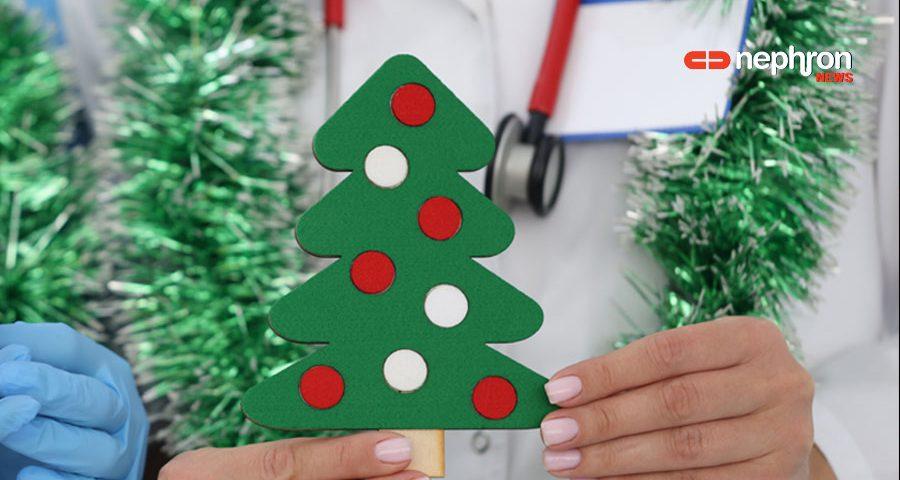Γιατρός κρατάει χριστουγεννιάτικο δέντρο