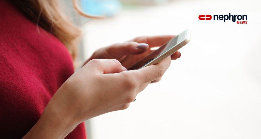 γυναίκα με κόκκινη μπλούζα στέλνει sms