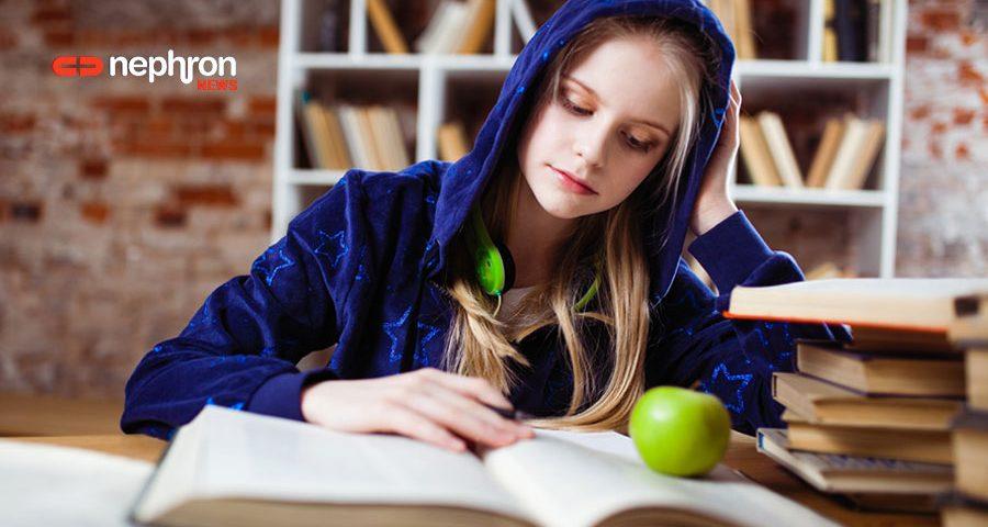 κοριτσι με κουκουλα διαβαζει για τις πανελληνιες