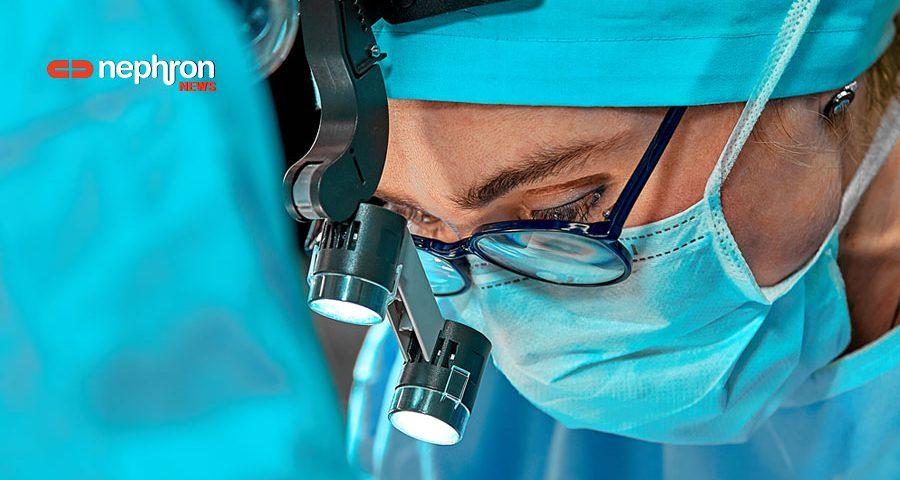 χειρουργός κάνει μεταμόσχευση