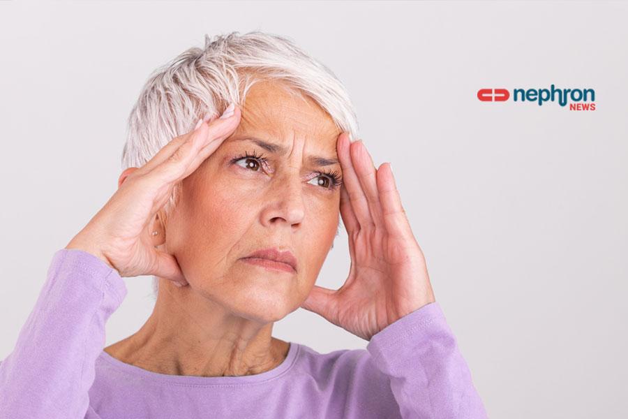 γυναίκα με ασπρα μαλλιά κρατέι το κεφάλι της