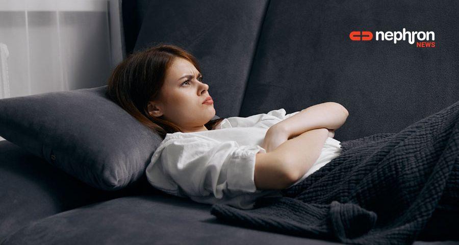 θυμωμένο μοναχικό κορίτσι στο καναπέ